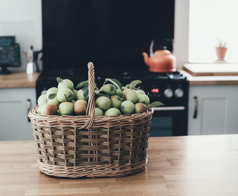Panier à fruits généreux dans une cuisine Feng Shui